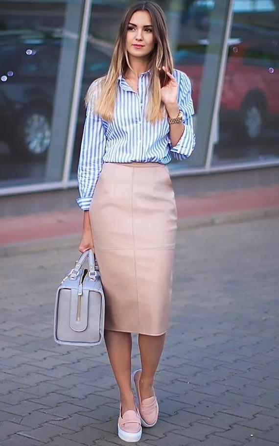 бежевая юбка-карандаш, рубашка в полоску и слипоны
