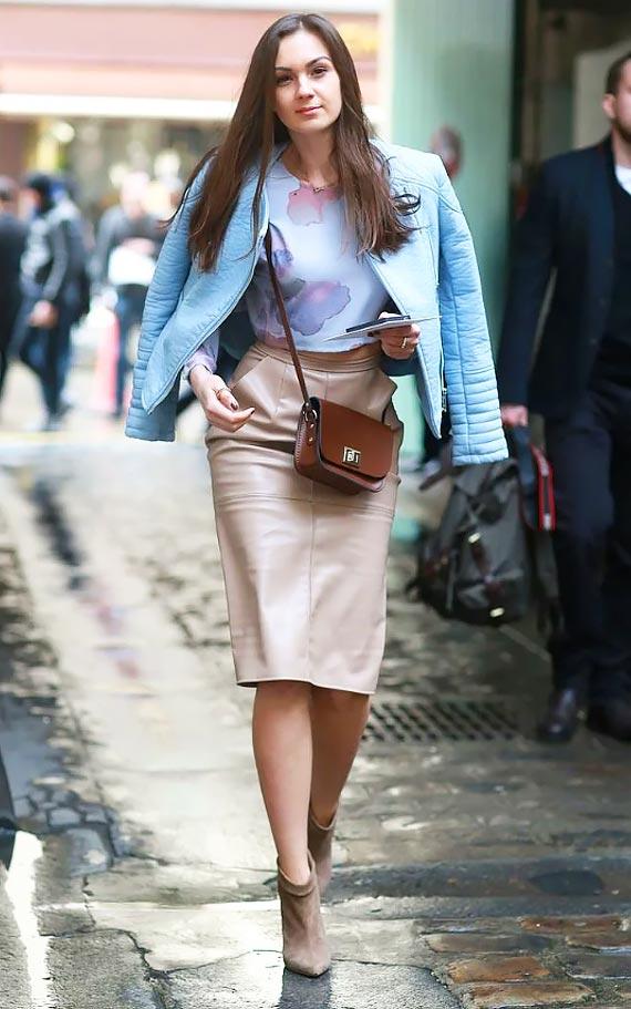 кожаная бежевая юбка-карандаш с кожаной голубой курткой и ботильонами