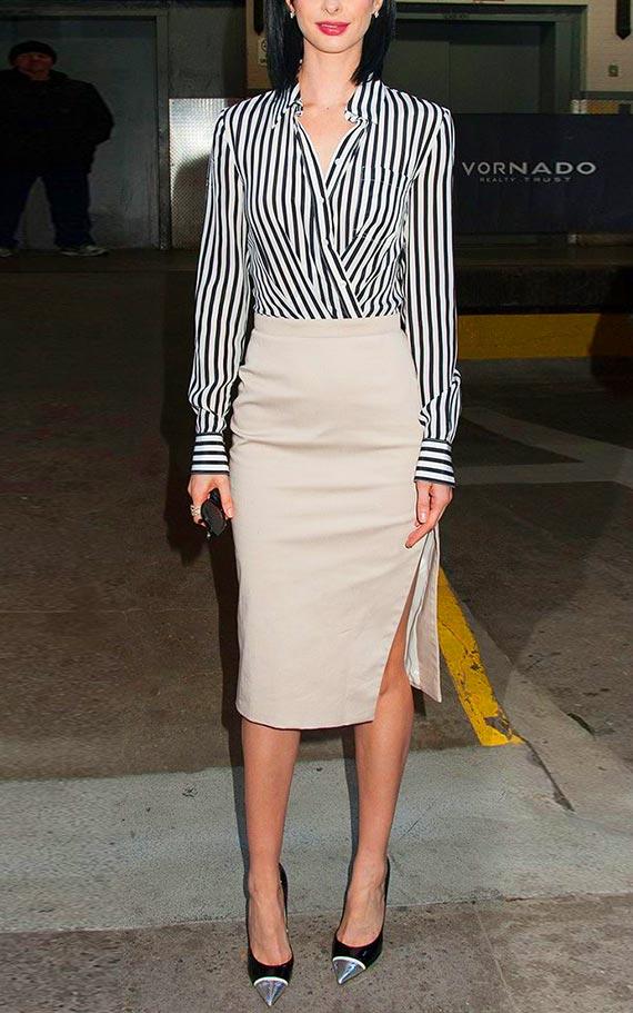 бежевая юбка-карандаш с полосатой блузкой