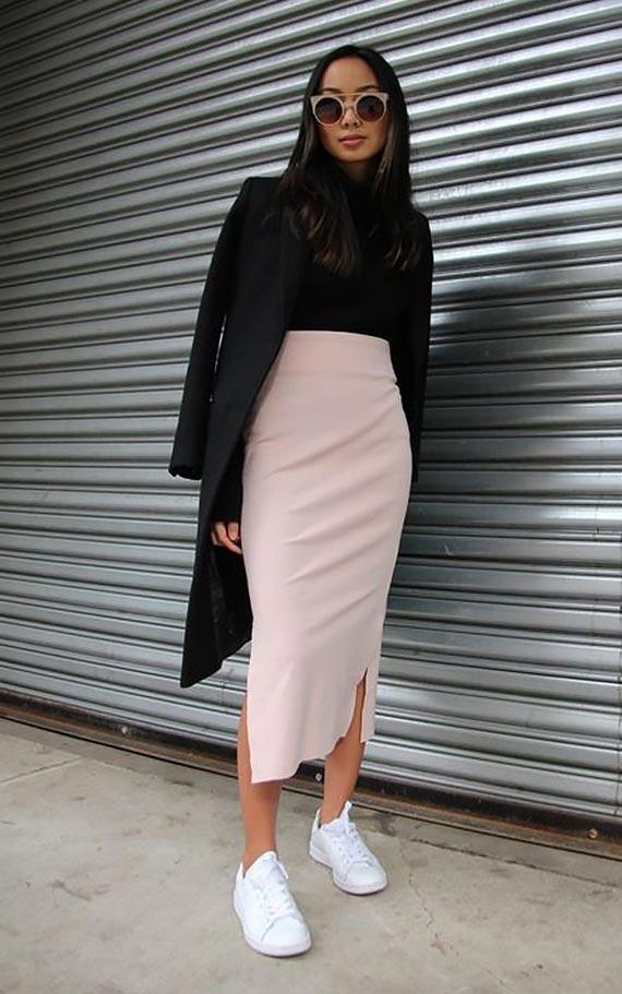 лук с белыми кроссовками и высокой бежевой юбкой