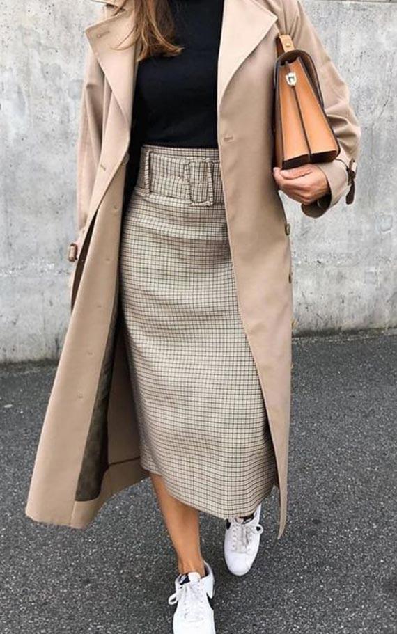 бежевая юбка-карандаш в клетку в сочетании с пальто и кедами