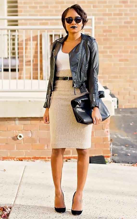 бежевая юбка-карандаш с завышенной талией с поясом и кожанкой