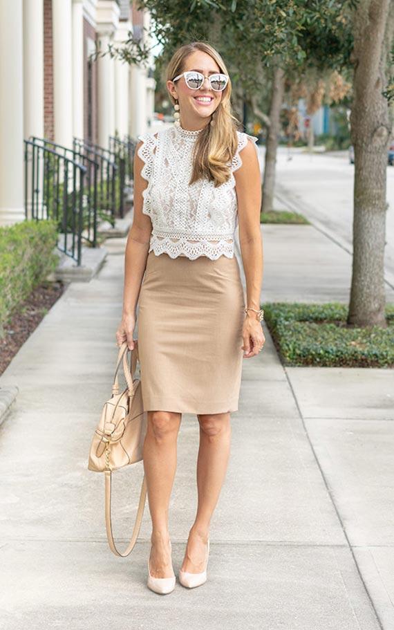 бежевая юбка-карандаш с кружевной блузкой без рукавов