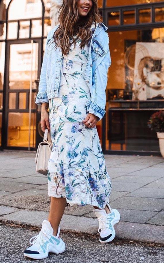 образ с шифоновым платьем, джинсовой курткой, кроссовками