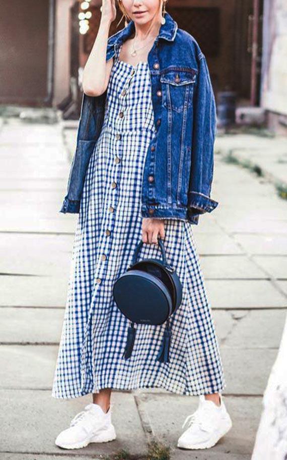 длинное клетчатое платье с джинсовой курткой, кроссовками