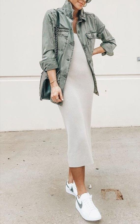 наряд с серой джинсовой курткой и платьем лапшой