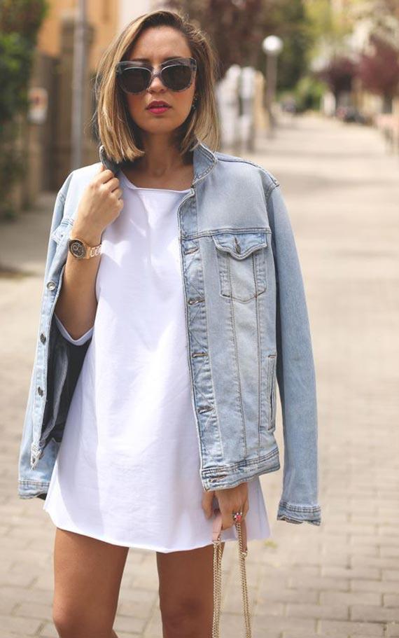 белая футболка и джинсовая куртка
