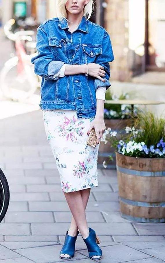 джинсовка оверсайз с платьем и ботильонами