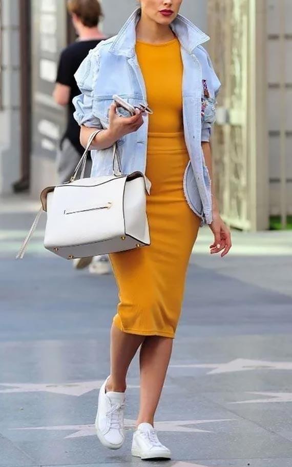 голубая джинсовая куртка с горчичным платьем