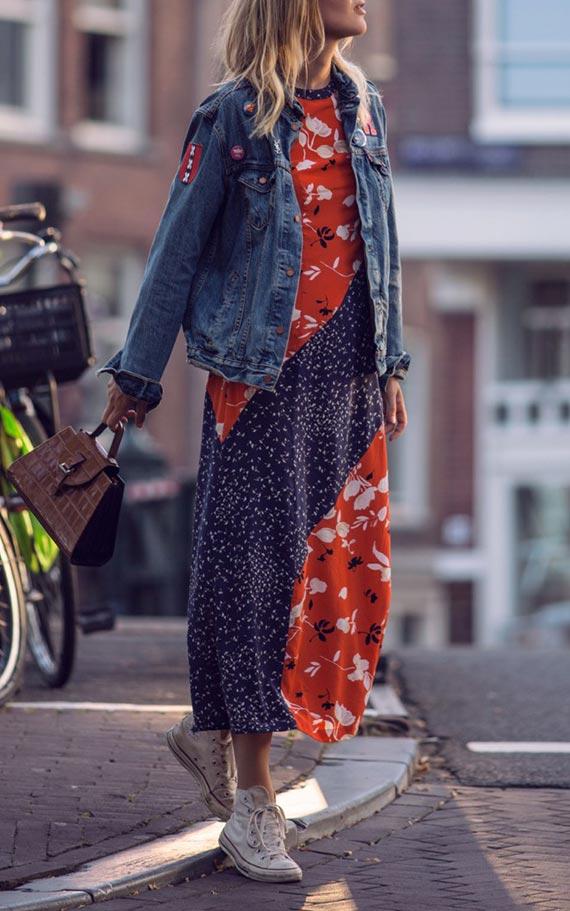джинсовка оверсайз с кедами и длинным платьем