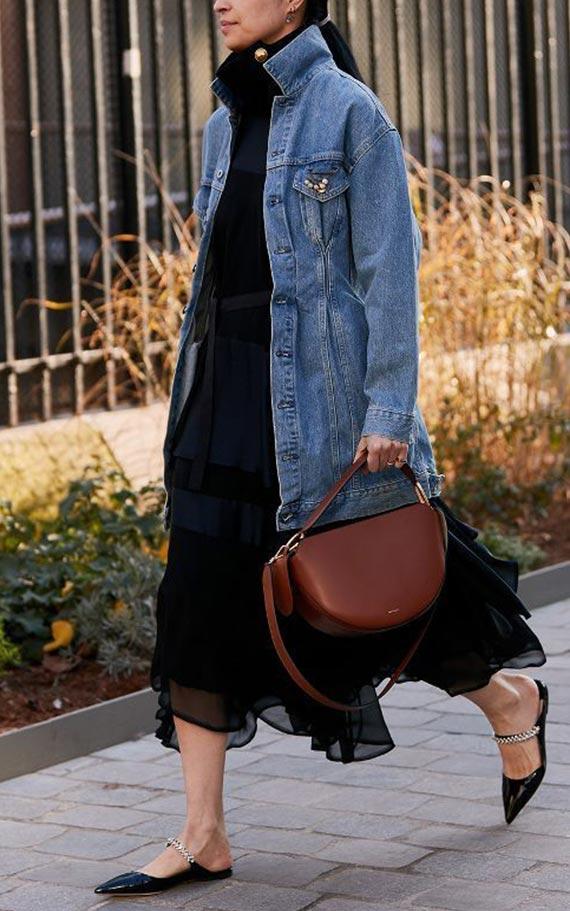 длинная джинсовая куртка с черным платьем