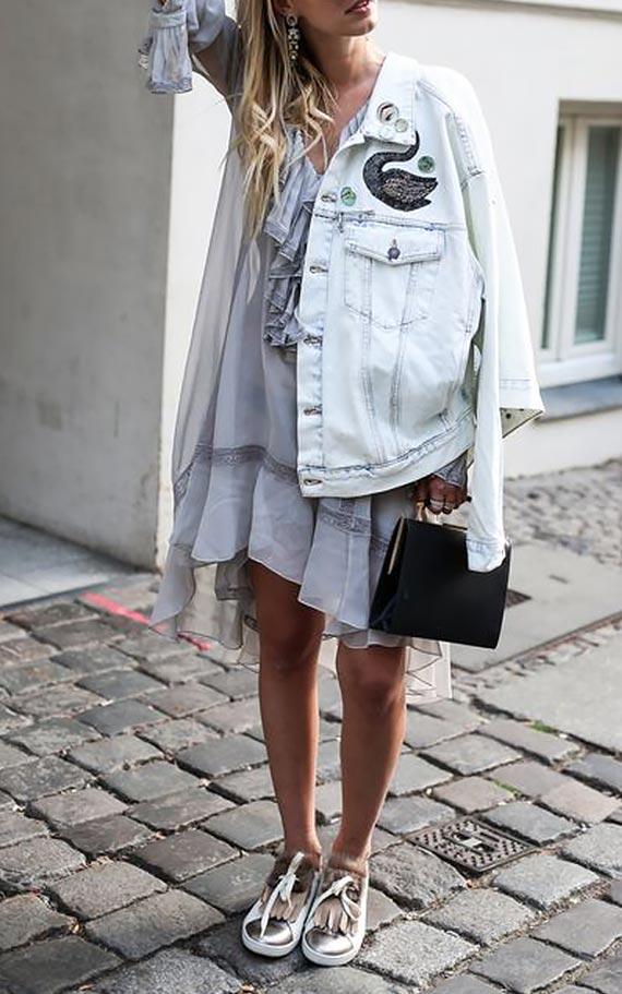 короткое платье с белой джинсовкой