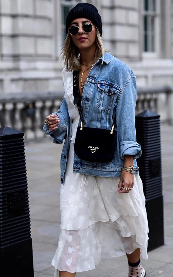ауифит с белым платьем и голубой джинсовой курткой