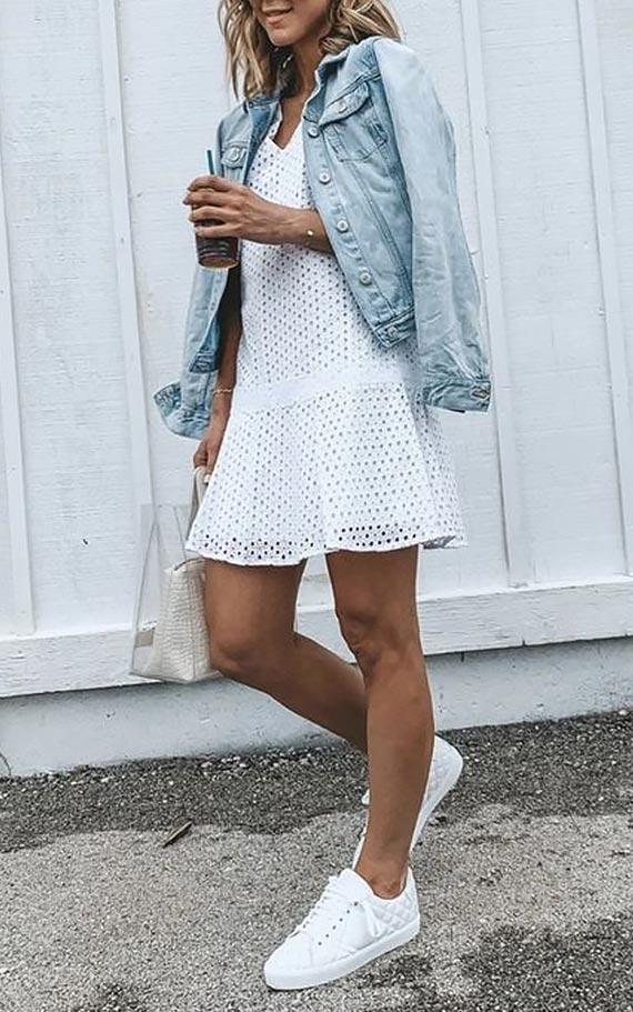лук с коротким кружевным платьем и джинсовкой