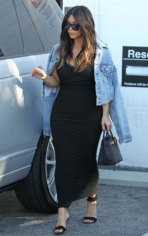 аутфит с длинным черным платьем и джинсовкой