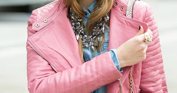 Как и с чем носить розовую кожаную куртку - фото 2021