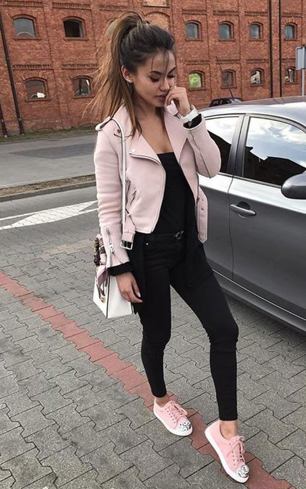 светло-розовая куртка из кожи черными джинсами
