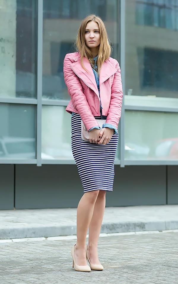 розовая куртка из кожи с полосатой юбкой карандаш