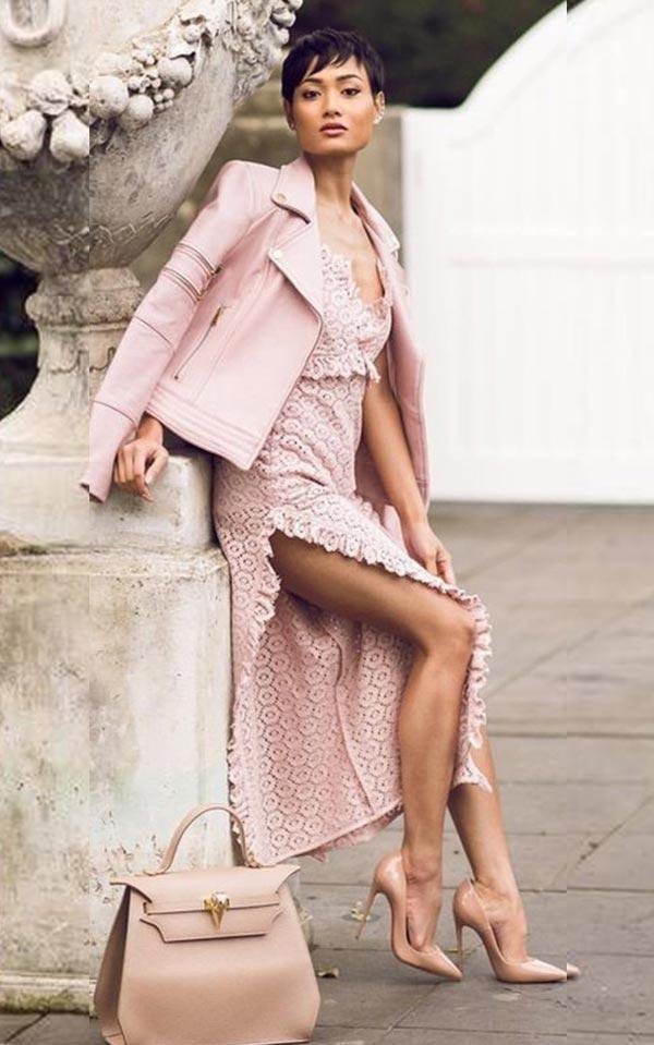 тотал лук в розовом оттенке с кожаной курткой