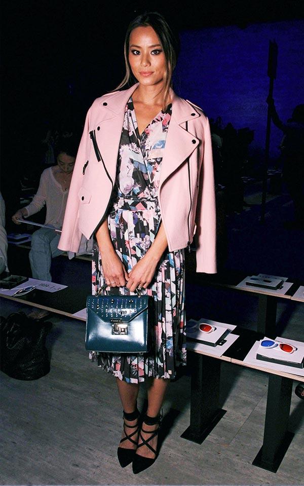 вечерний образ с пестрам платьем и розовой курткой