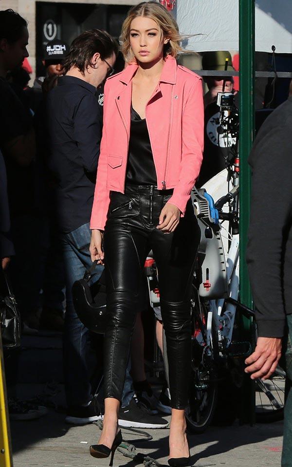 кожаная розовая куртка и кожаные брюки