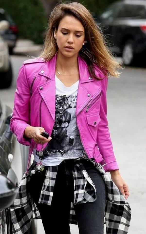 джессика альба в розовой кожаной куртке