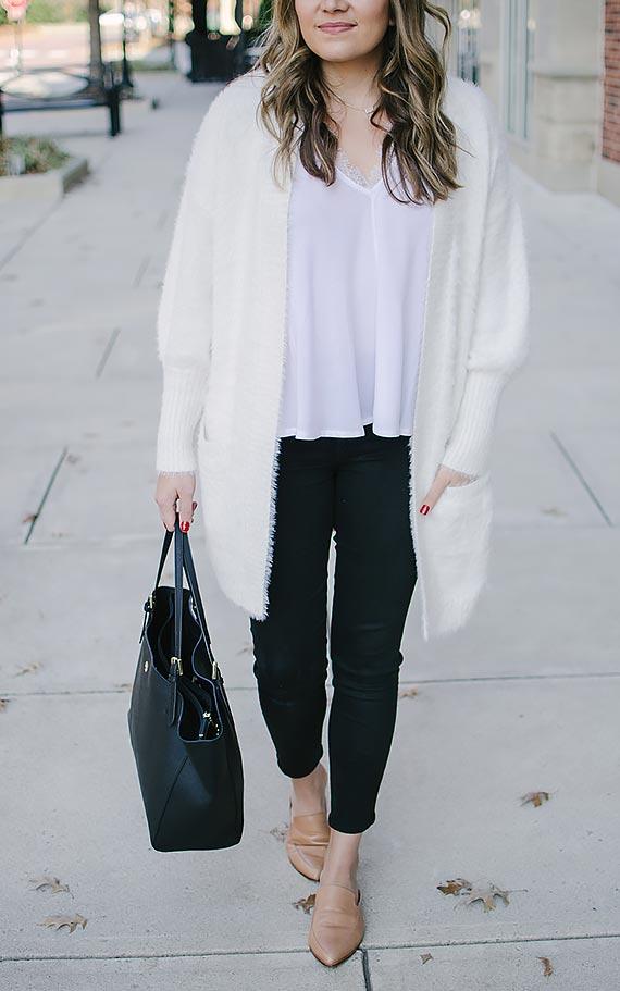 образ с черными джинсами, футболкой, белым кардиганом
