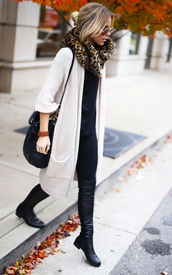 осенний аутфит с белым кардиганом и ботинками