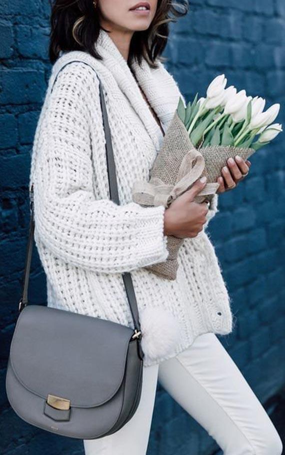 сумка в образе с белым кардиганом