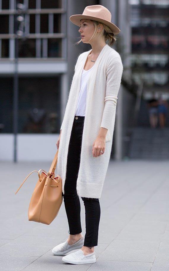 белый кардиган с черными джинсами, белыми кедами, шляпой