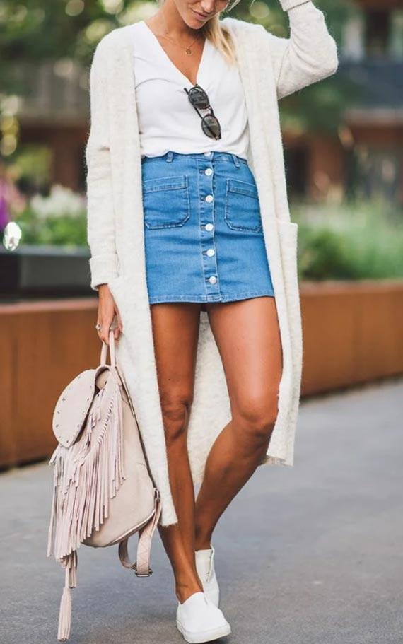 летний аутфит со светлым кардиганом и джинсовой юбкой
