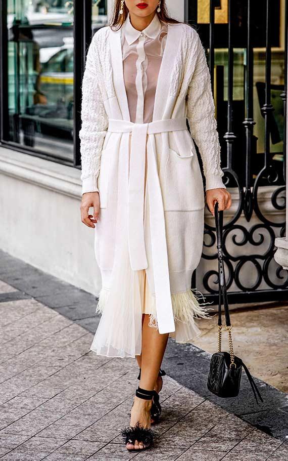 аутфит с белым кардиганом, юбкой, блузкой