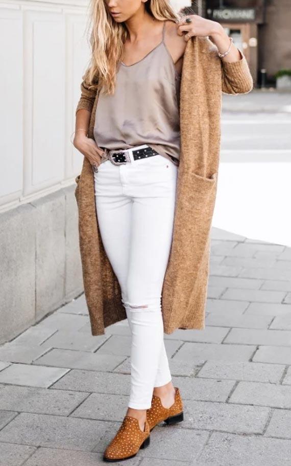 аутфит с бежевым кардиганом, белыми джинсами, топом