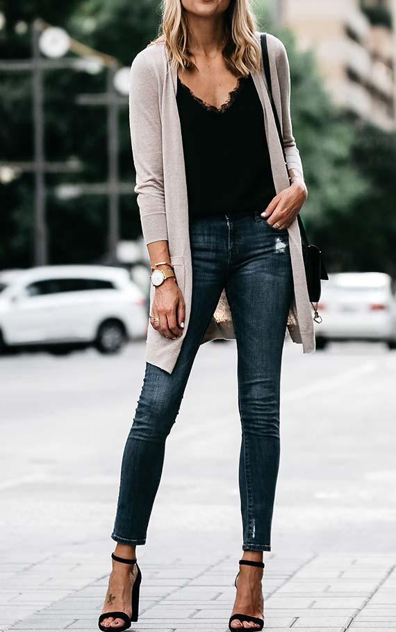 лук с темными джинсами, черным топом, бежевым кардиганом