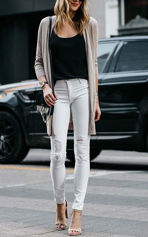 аутфит со светлыми джинсами
