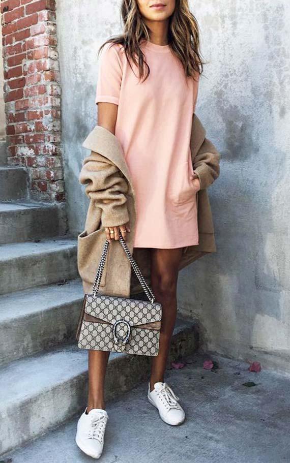 наряд с персиковым платьем футболкой, кедами, бежевым кардиганом