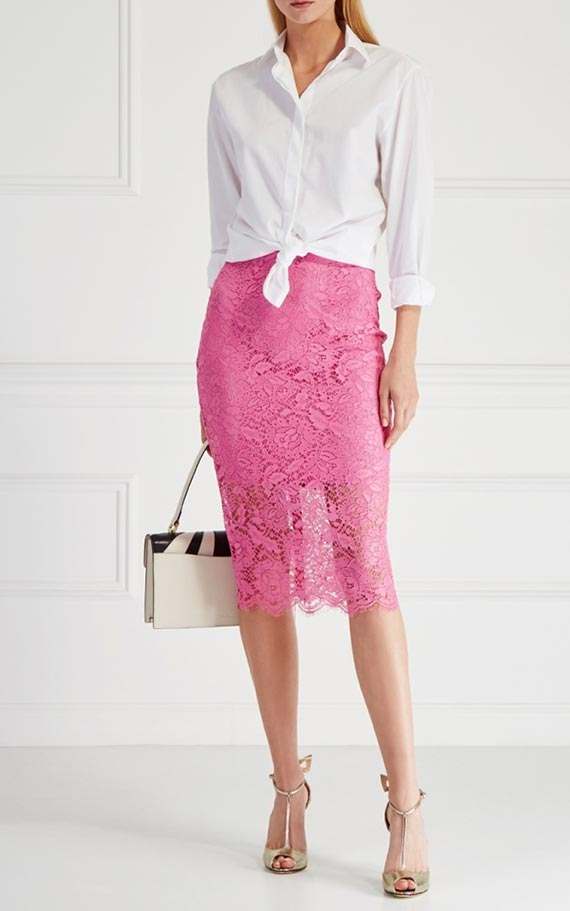 сочетание кружевной розовой юбки карандаш с блузкой