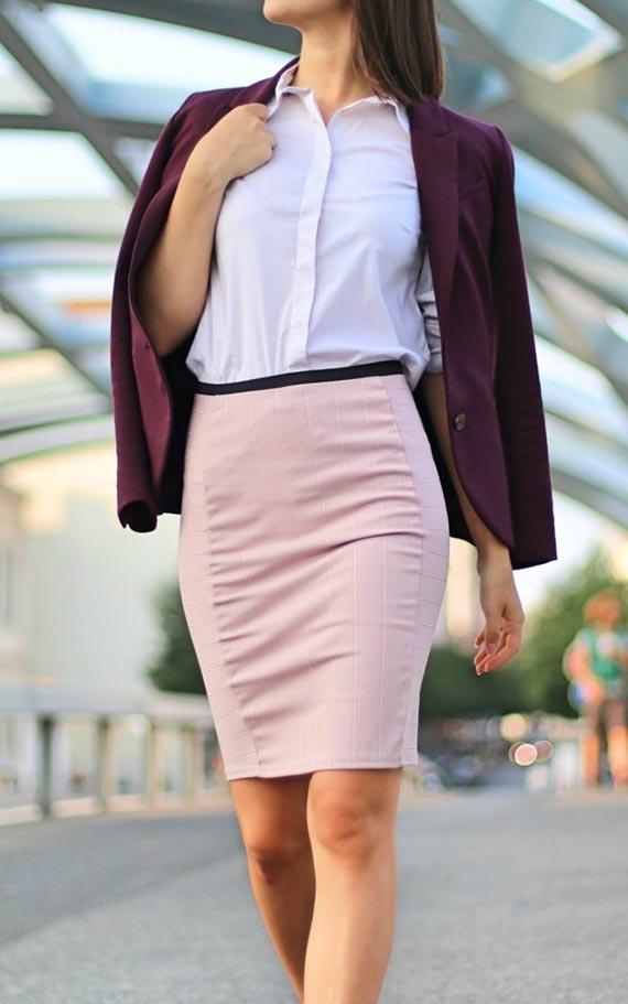 розовая юбка карандаш с рубашкой и бордовым жакетом