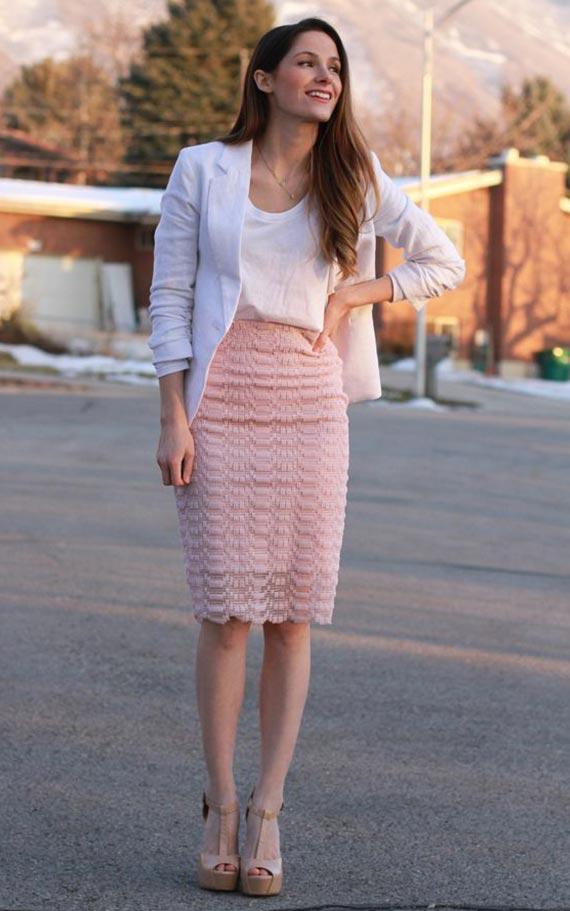 льняной пиджак с розовой юбкой-карандаш из кружева