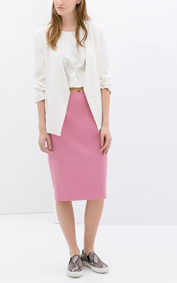 пыльно розовая юбка карандаш сос ветлым жакетом, слипонами