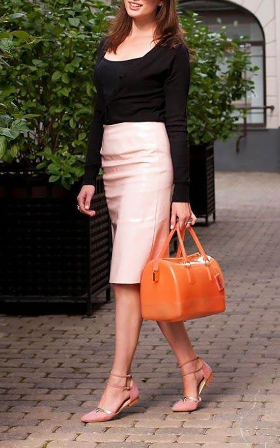сочетание розовой юбки, джемпера и балеток