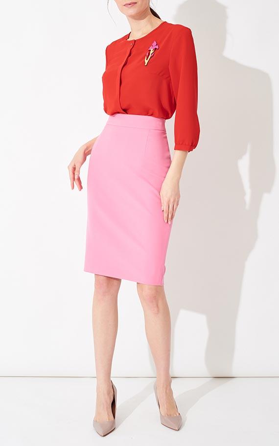 наряд с красной блузкой и розовой юбкой миди