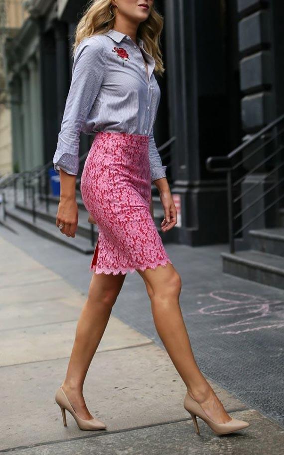 аутфит с голубой рубашкой и розовой юбкой