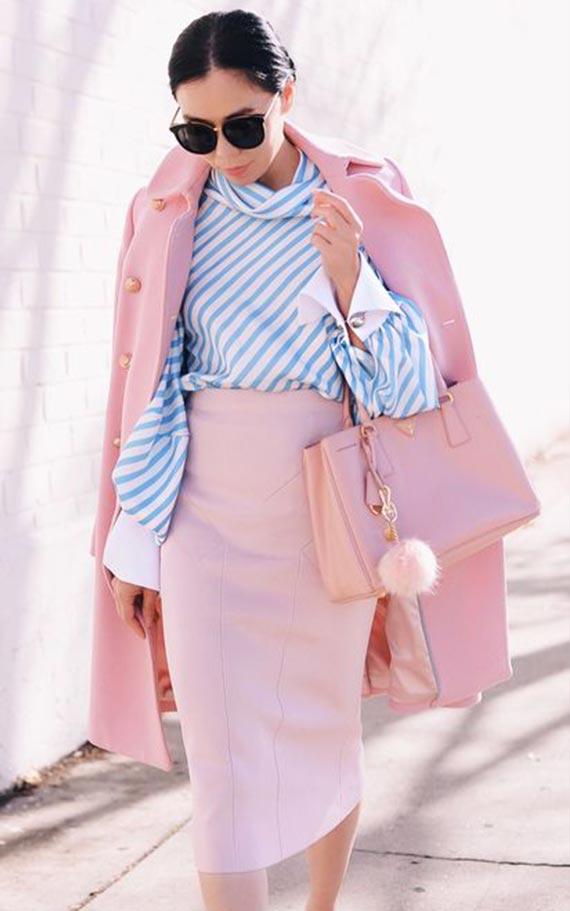 наряд с розовым пальто и юбкой и голубой блузкой в полоску