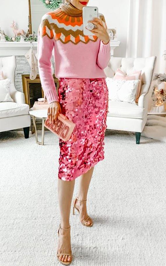 розовая блестящая юбка карандаш со свитером и босоножками