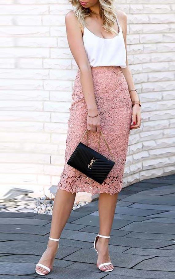 аутфит с шелковым топом и розовой юбкой карандаш