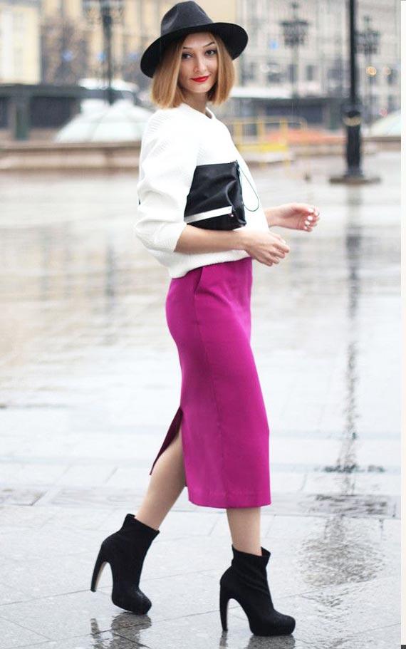 наряд для зимы с молочным свитером и шерстяной розовой юбкой и ботильонами