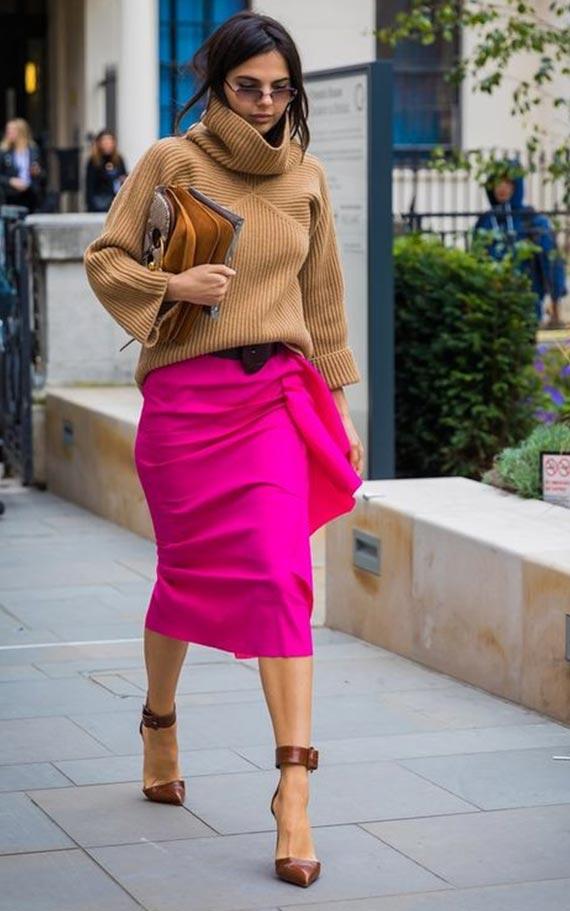 коричневый свитер с горлом с юбкой карандаш цвета фуксия