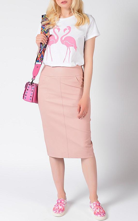 образ с футболкой, розовой трикотажной юбкой, слипонами