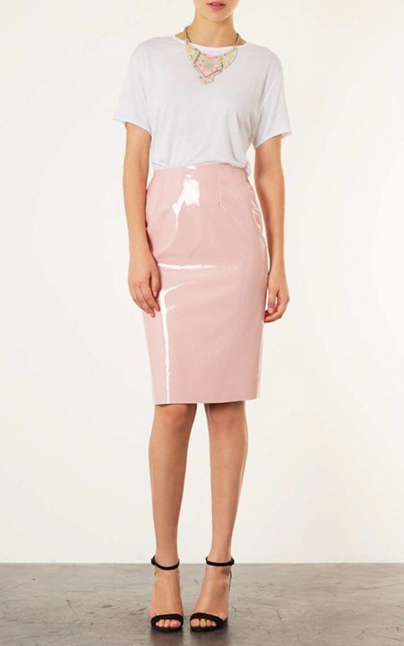 розовая кожаная юбка карандаш с белой футболкой